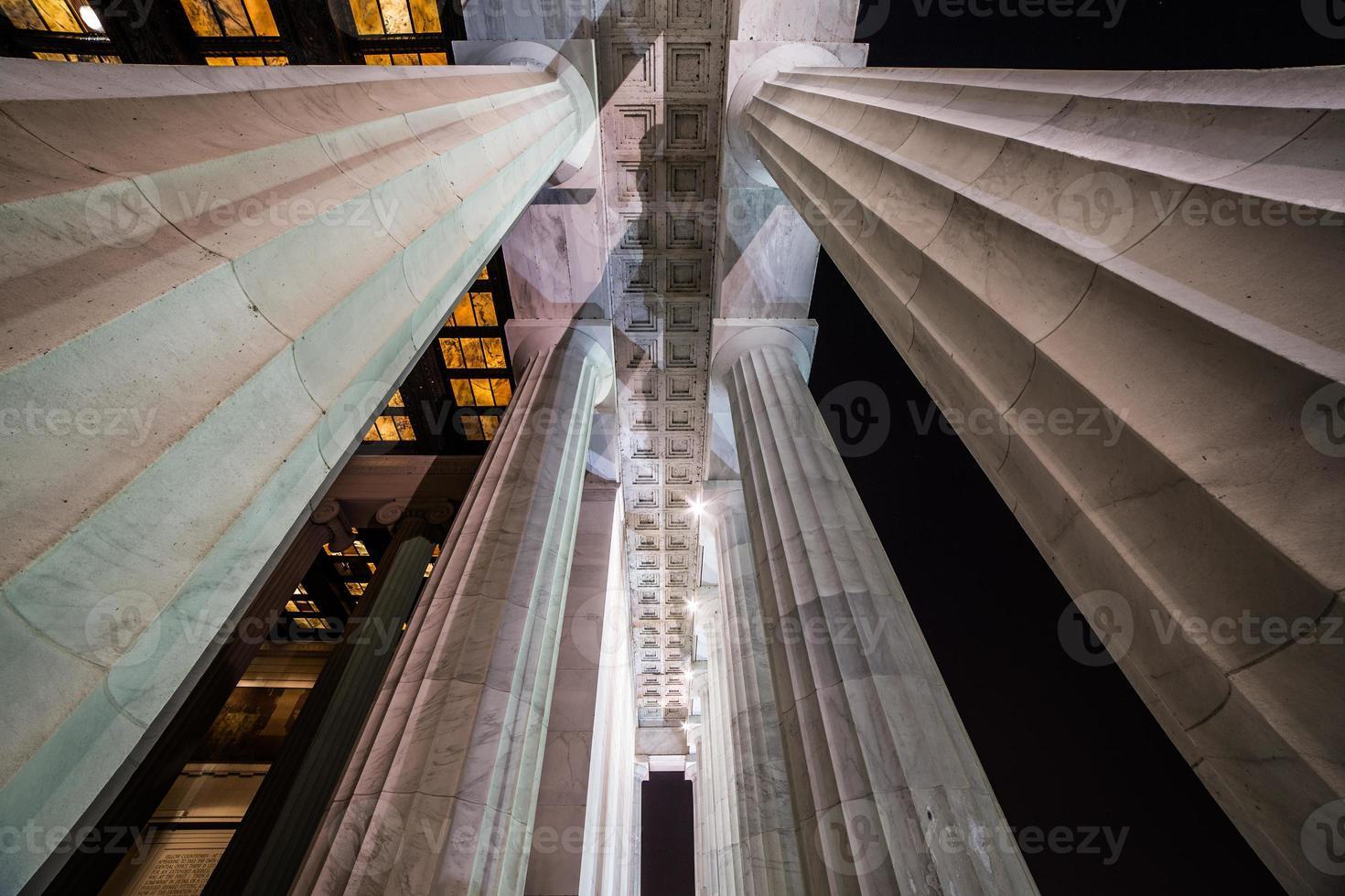columnas conmemorativas en la noche foto