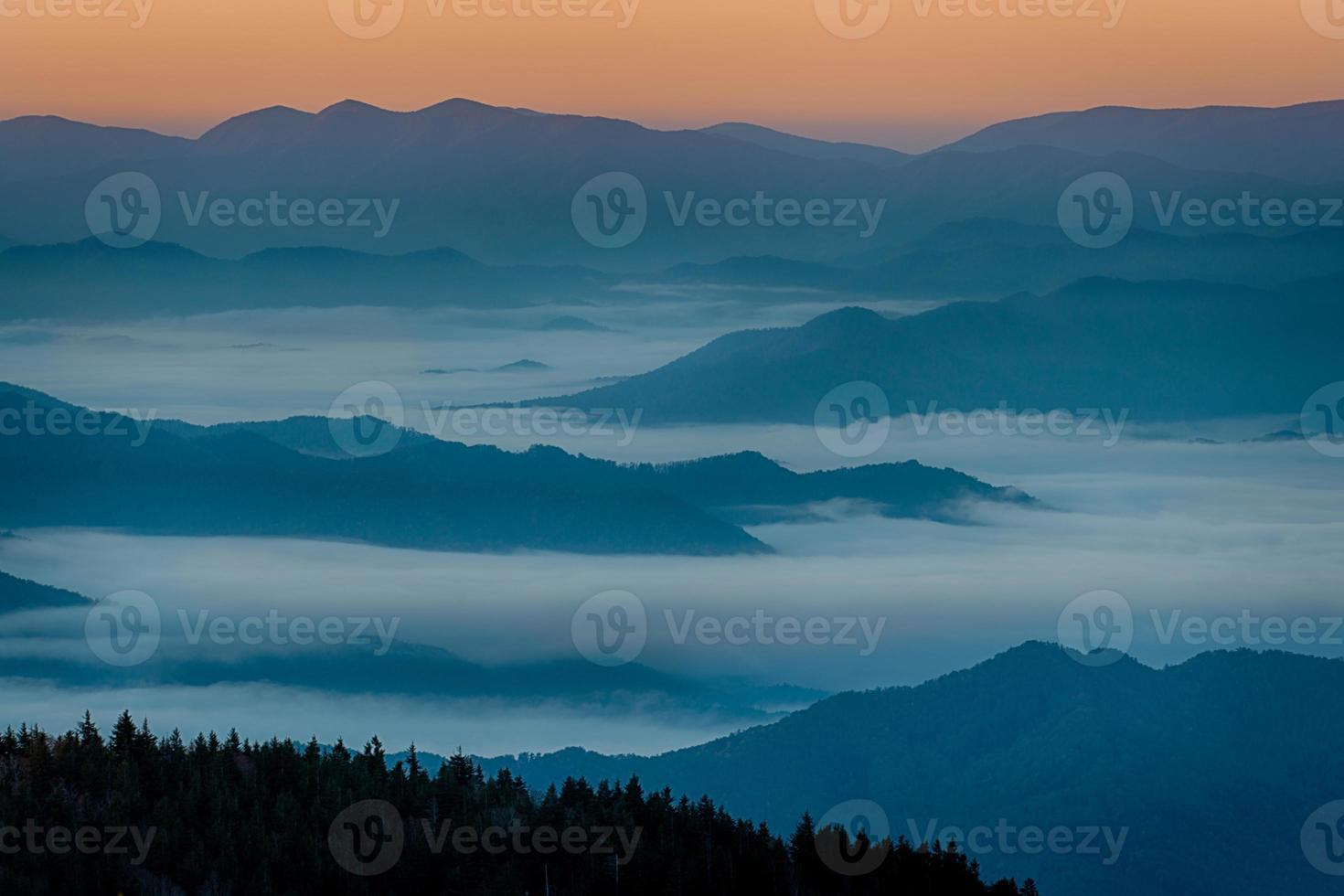 amanecer de montañas humeantes foto