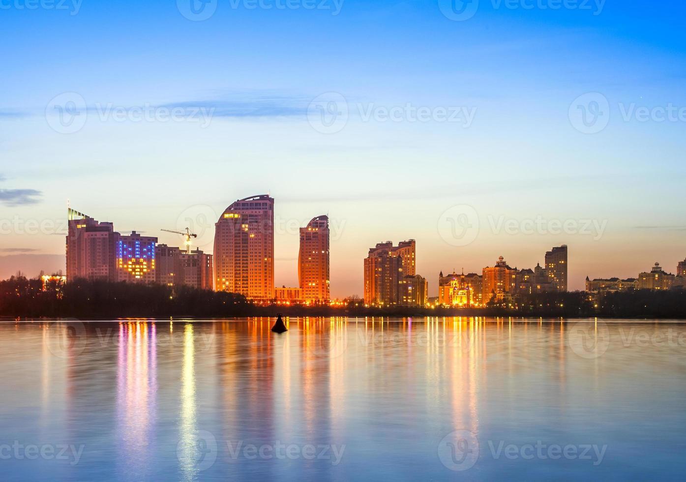 Horizonte de la ciudad de Kiev por la noche foto