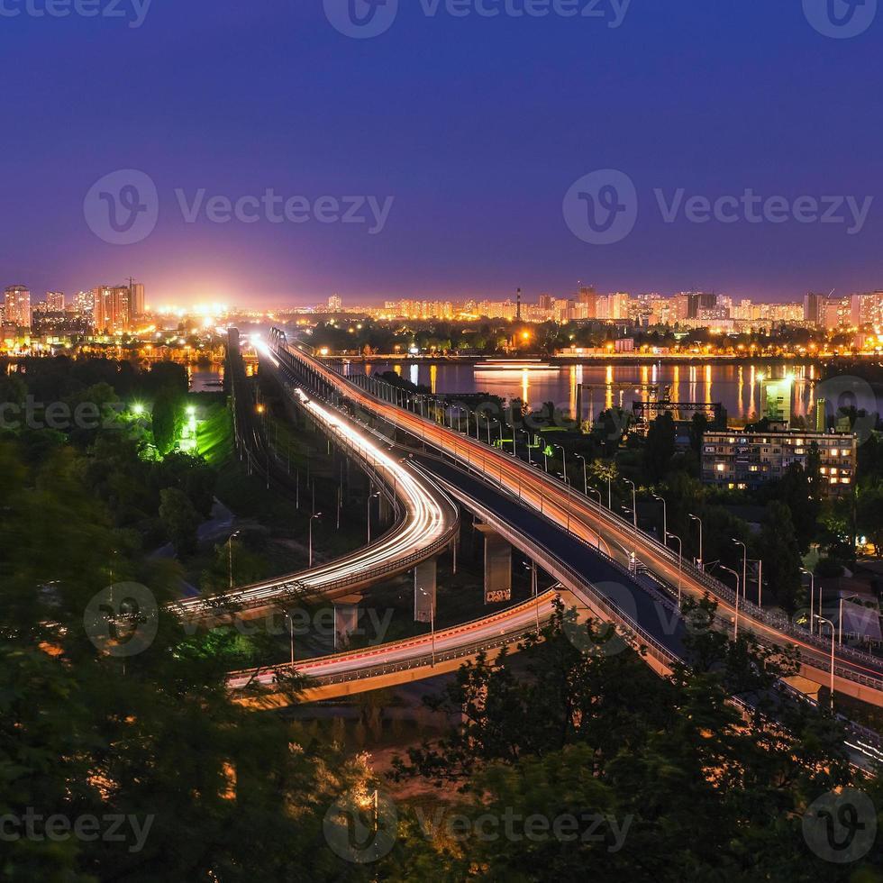 Puente de carretera-ferrocarril en la noche de Kiev. Ucrania foto