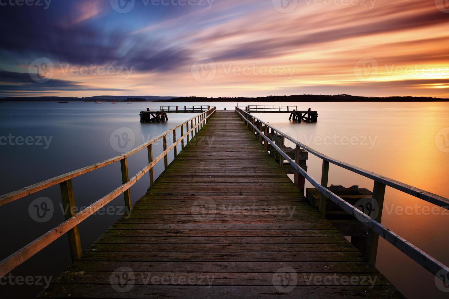 puesta de sol del muelle del lago foto