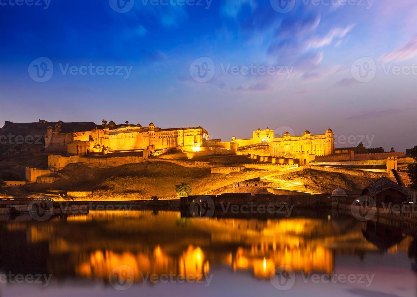Fuerte Amer en la noche en el crepúsculo. jaipur, rajastan, foto