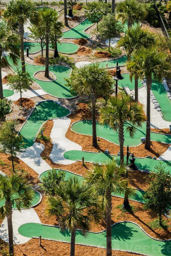 Vista aérea de un campo de golf en miniatura. foto