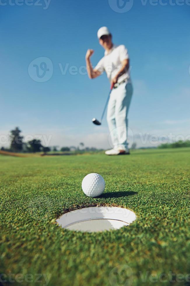 poniendo hombre de golf foto