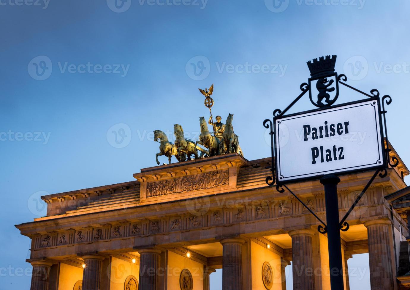 Puerta de Brandenburgo en un atardecer nublado foto