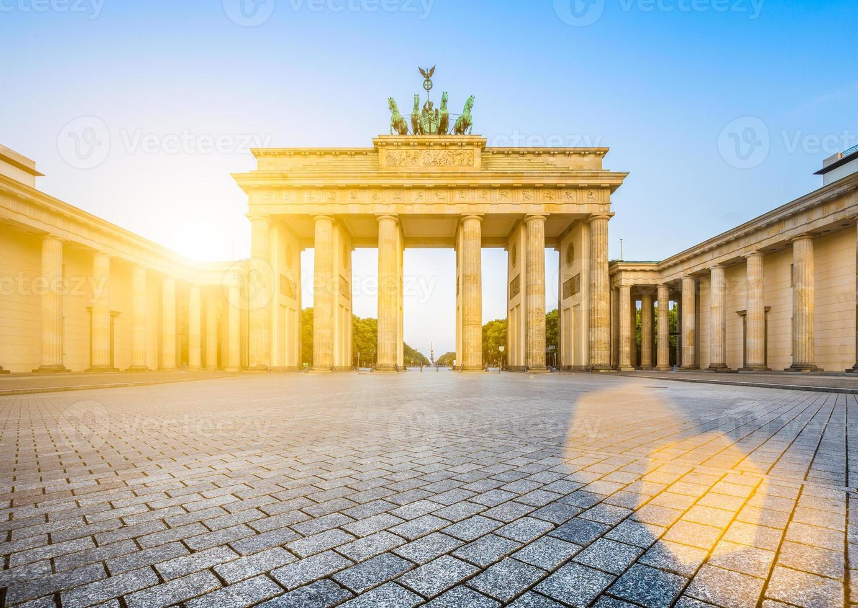 Puerta de Brandenburgo al amanecer, Berlín, Alemania foto