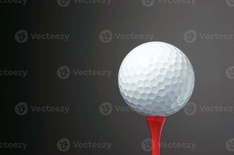 pelota de golf en tee. foto