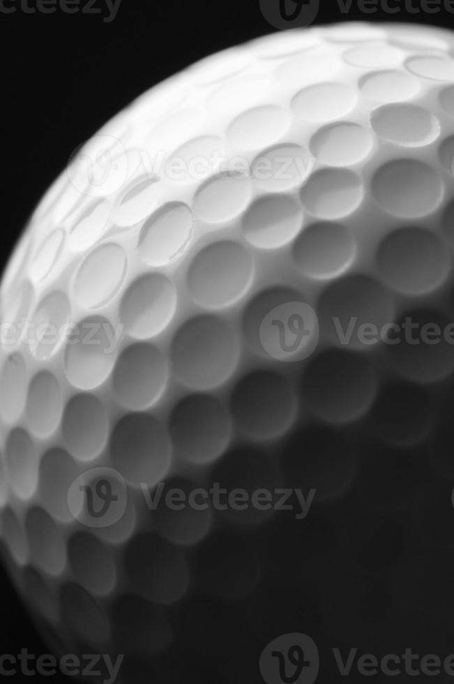 textura de la pelota de golf blanca exagerada por la iluminación lateral foto
