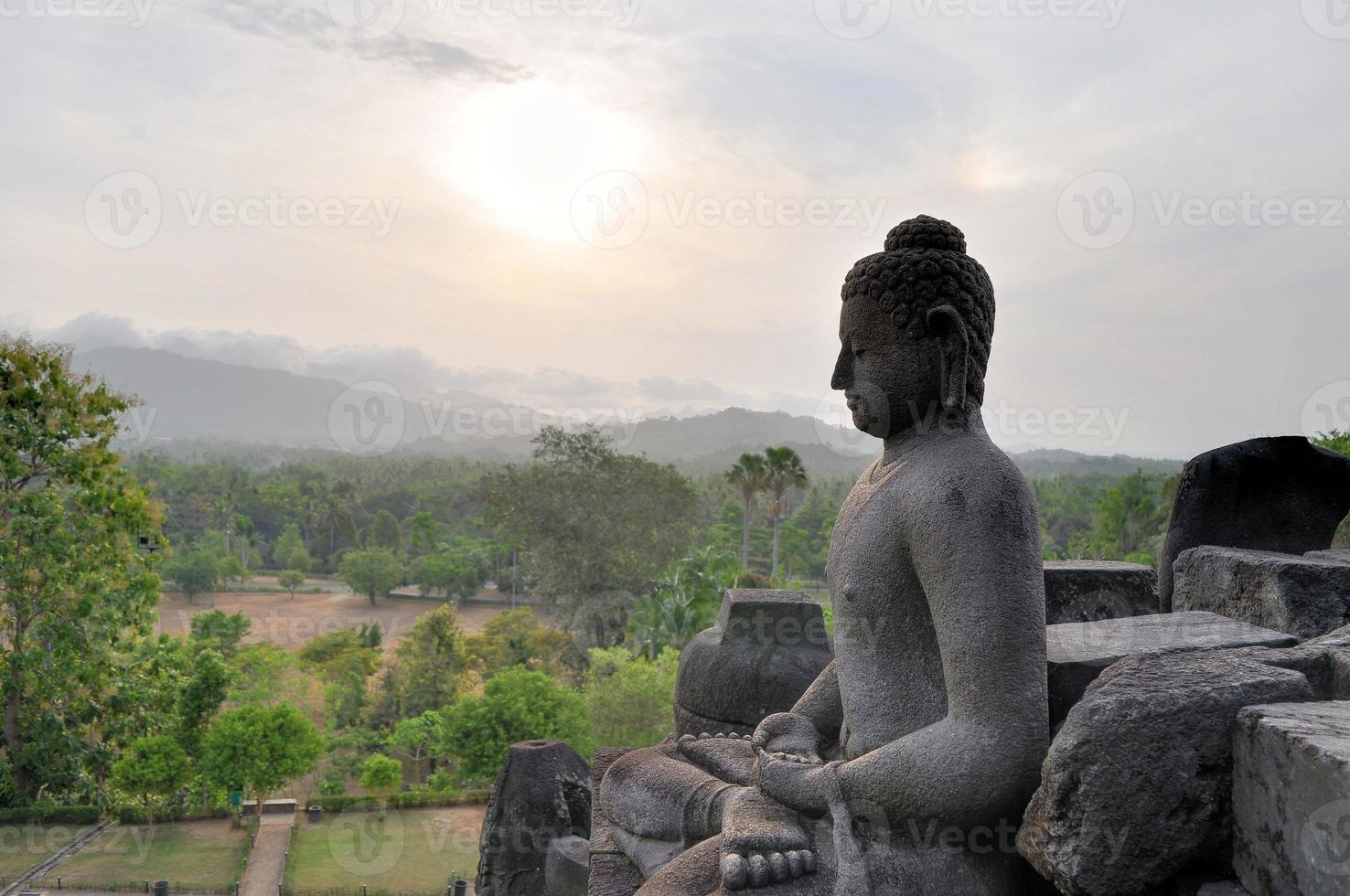 Buda en el templo de borobudur en la isla de java foto