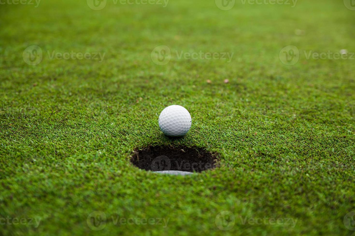 Pelota de golf en prado verde. foto