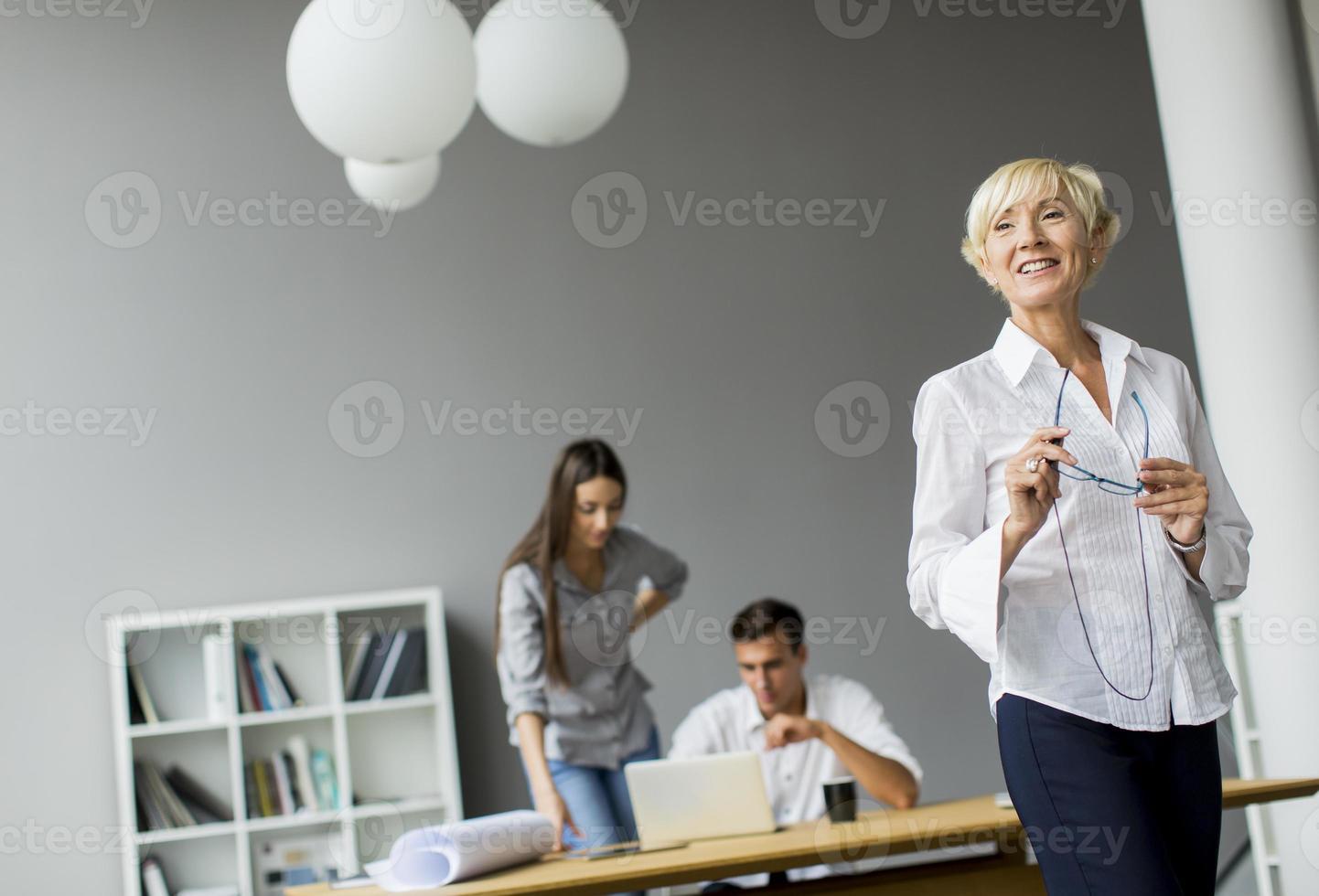 mujer en la oficina foto