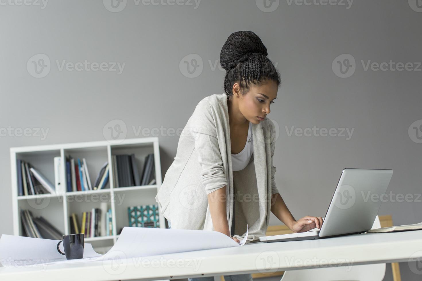 mujer joven en la oficina foto