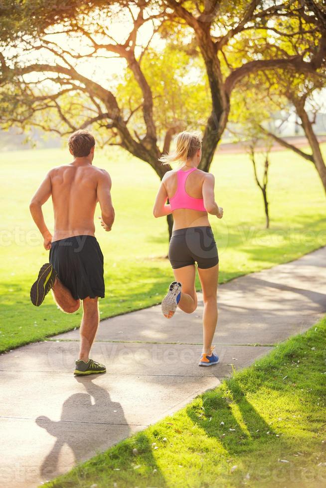 casal correndo no parque foto