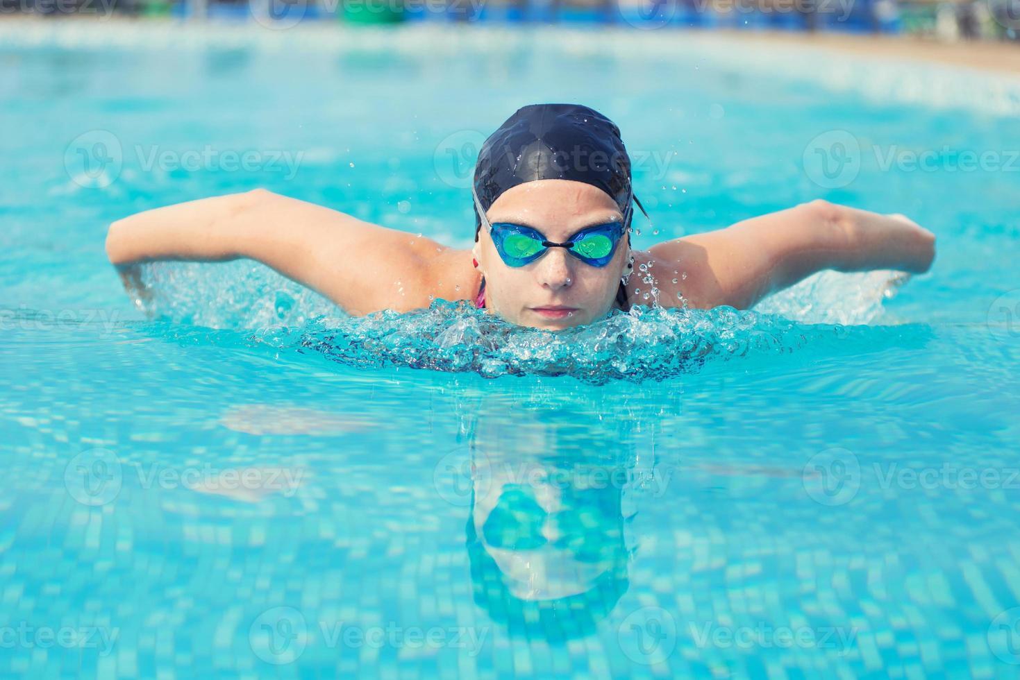 estilo de trazo de mariposa de natación de niña foto