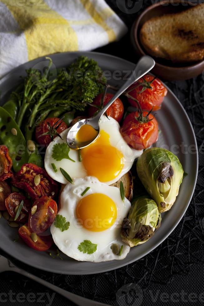 huevos y verduras foto