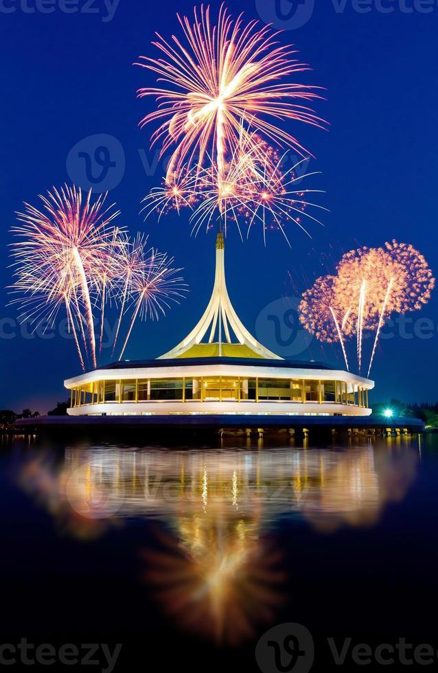 hermoso edificio con fuegos artificiales y fondo de cielo azul foto