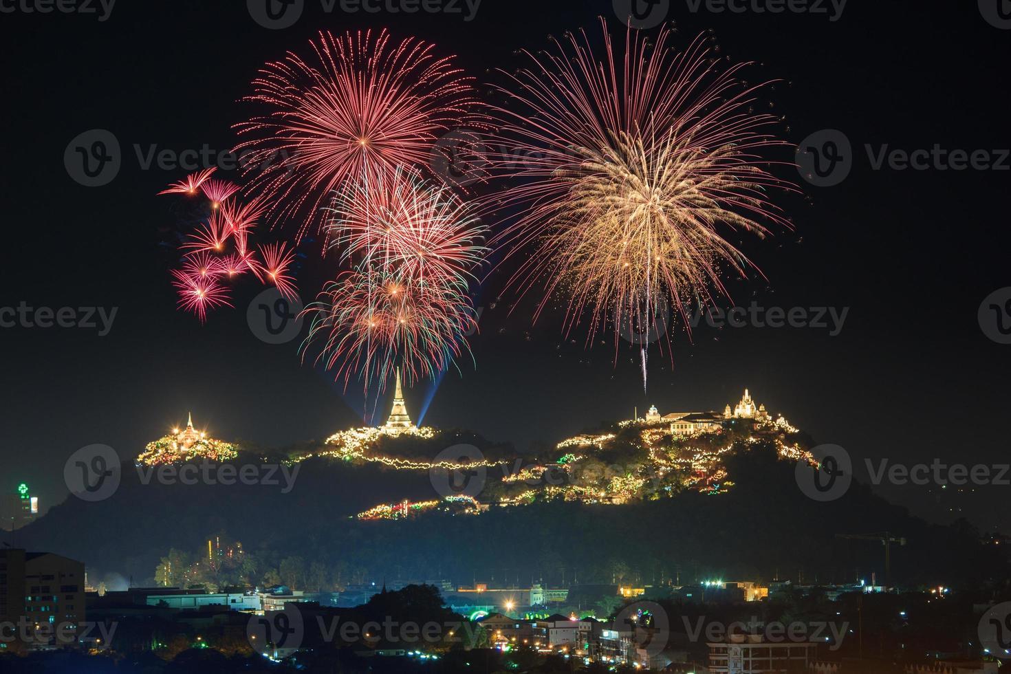 festival anual de fuegos artificiales en la provincia de phetchaburi foto