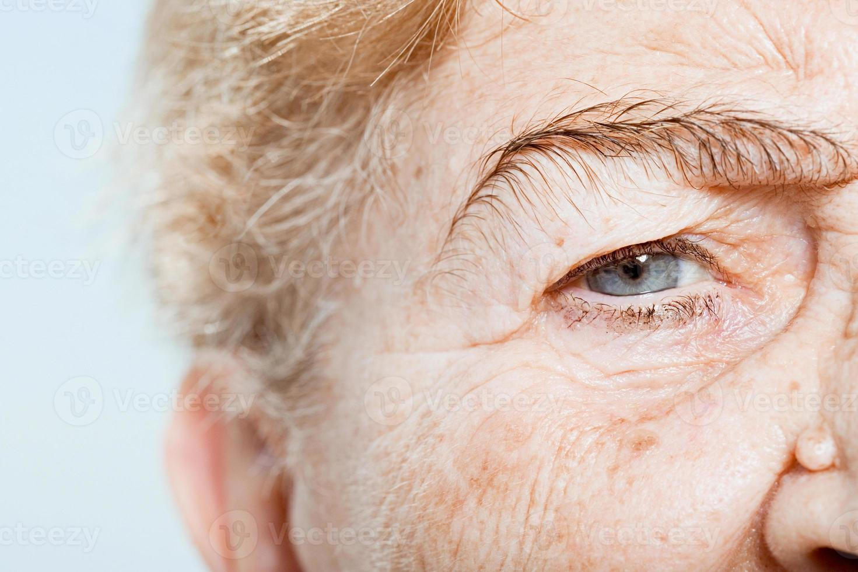 cerca del ojo de la mujer senior foto