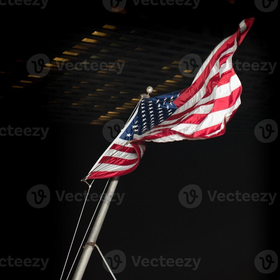 bandera americana en la noche foto