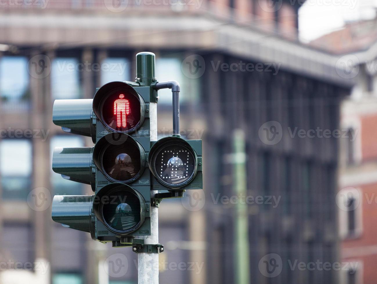 semáforo con luz roja en milán foto