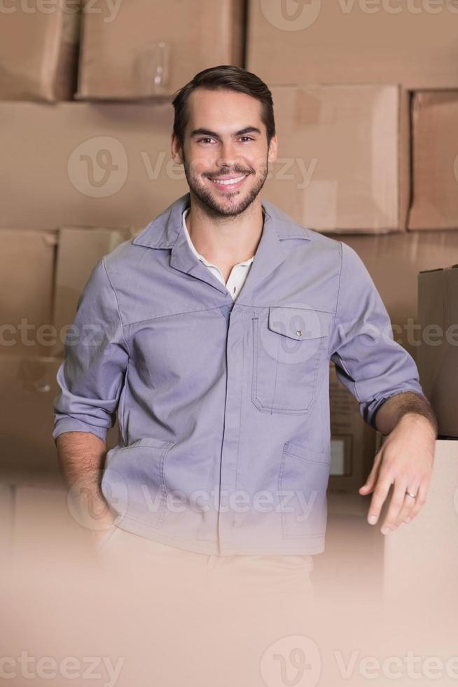 Retrato de trabajador manual en almacén foto