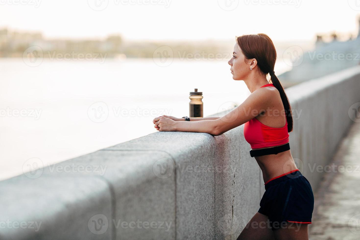 corredor femenino con agua embotellada foto