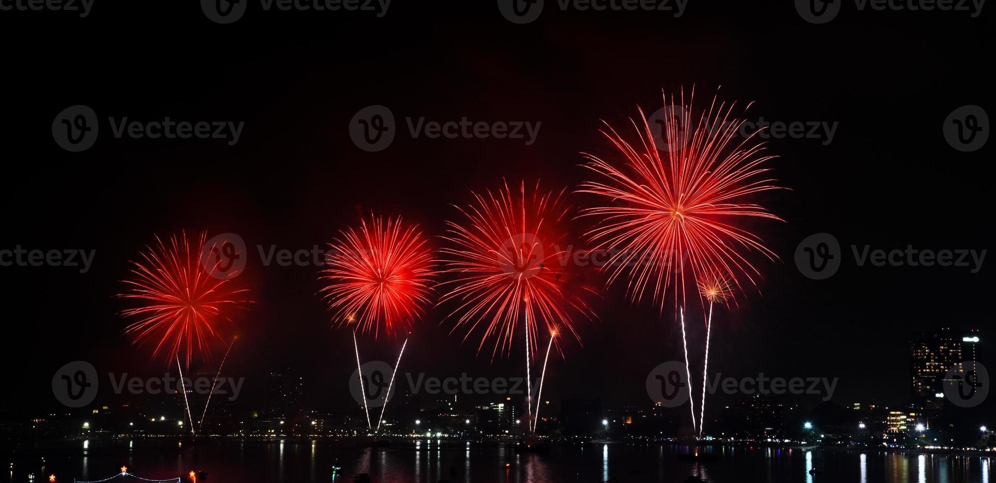 fuegos artificiales sobre el mar foto