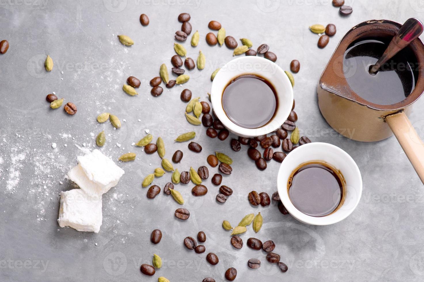 café turco con granos de café y cardamomo dispersos foto