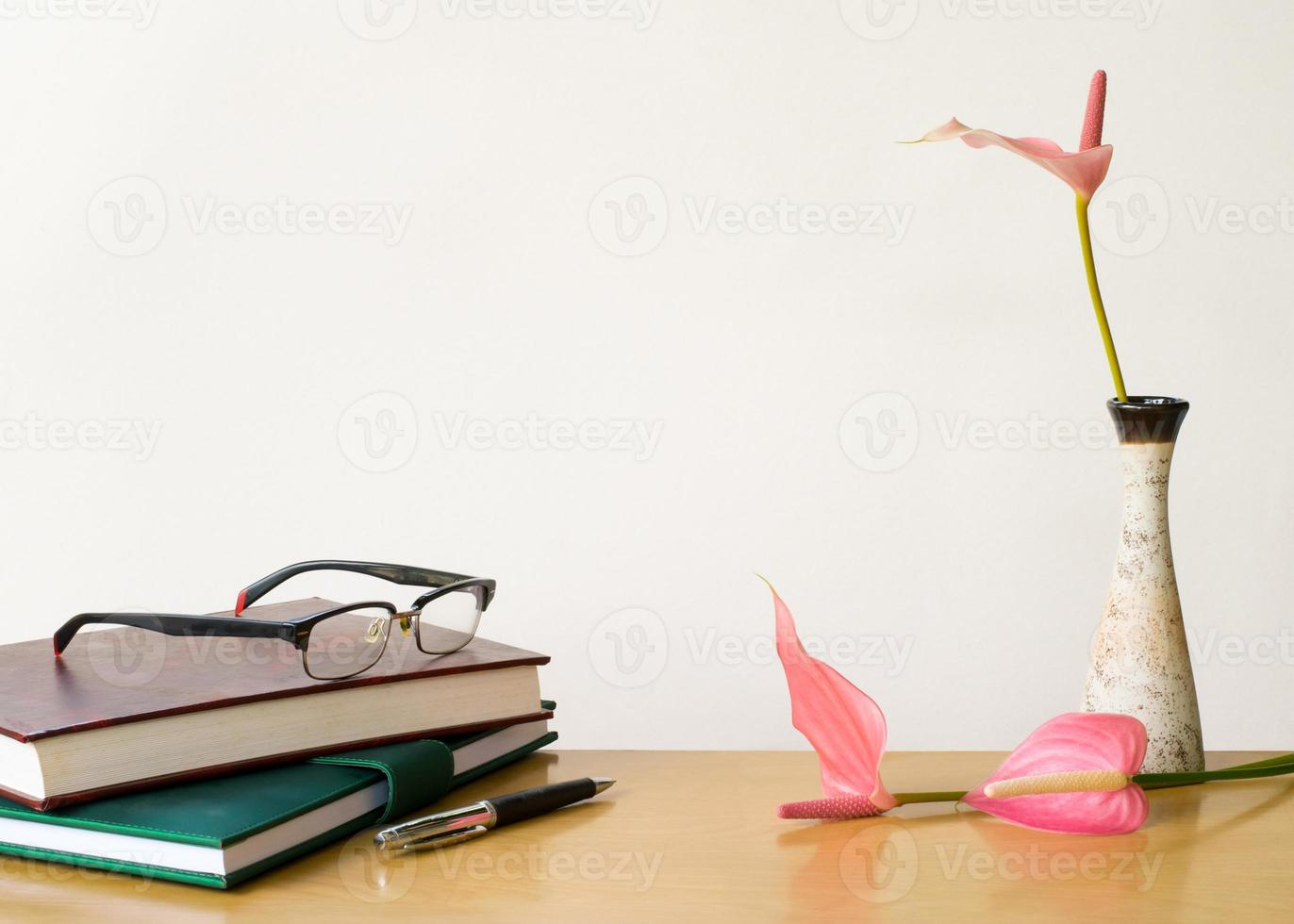 composición en escritorio con libros y flores. foto