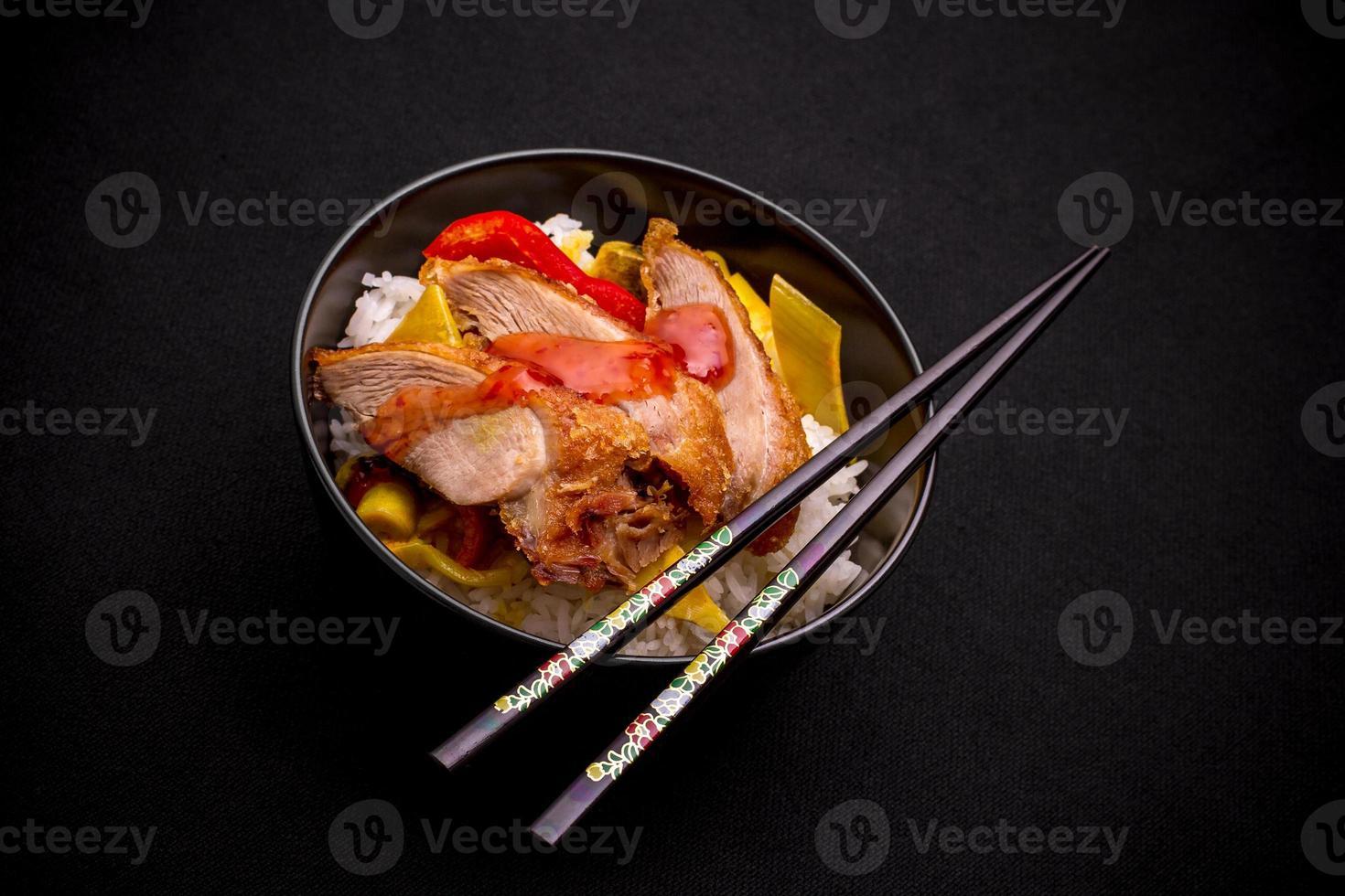 pechuga de pato con verduras al curry sobre arroz foto
