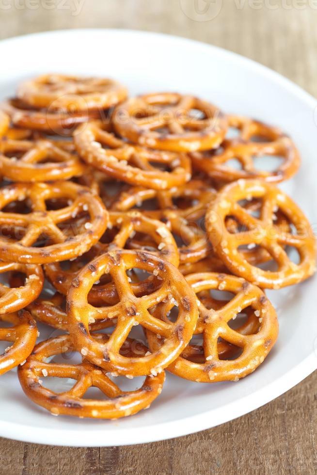 Close-up pan horneado pretzel snack foto