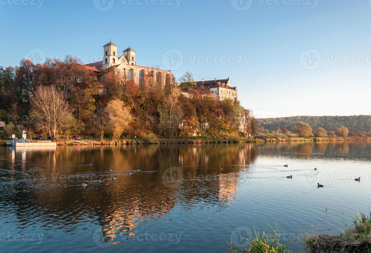 Abadía benedictina en Tyniec en otoño, Cracovia, Polonia foto
