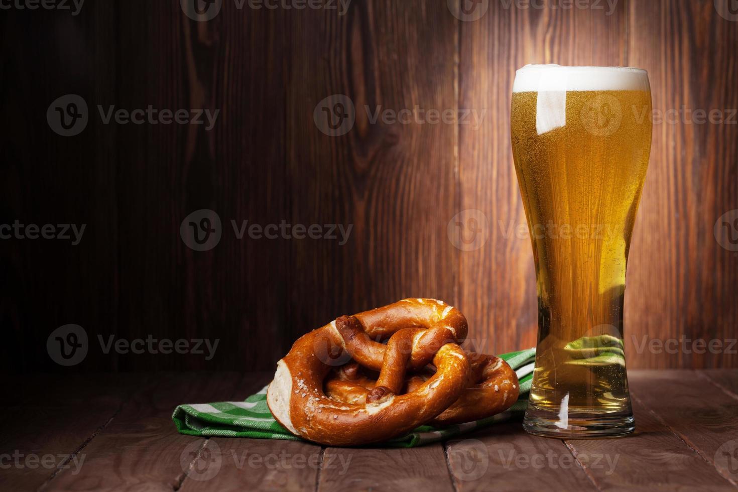 vaso de cerveza lager y pretzel foto