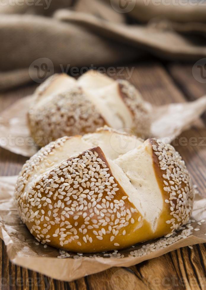 rollos de pretzel sobre fondo de madera rústica foto