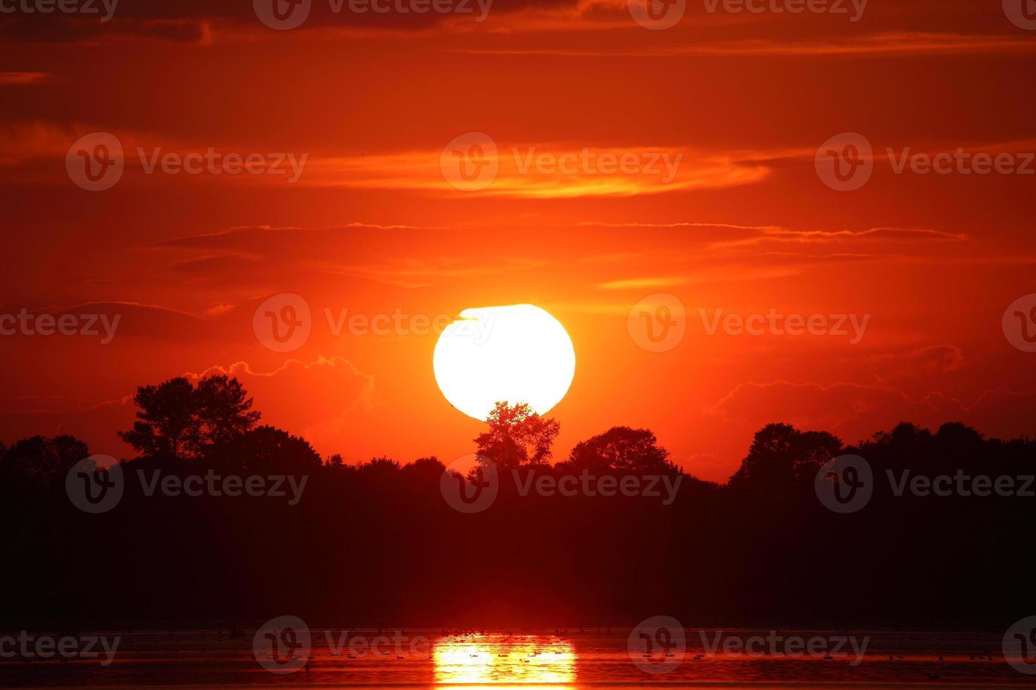 puesta de sol sobre el lago foto