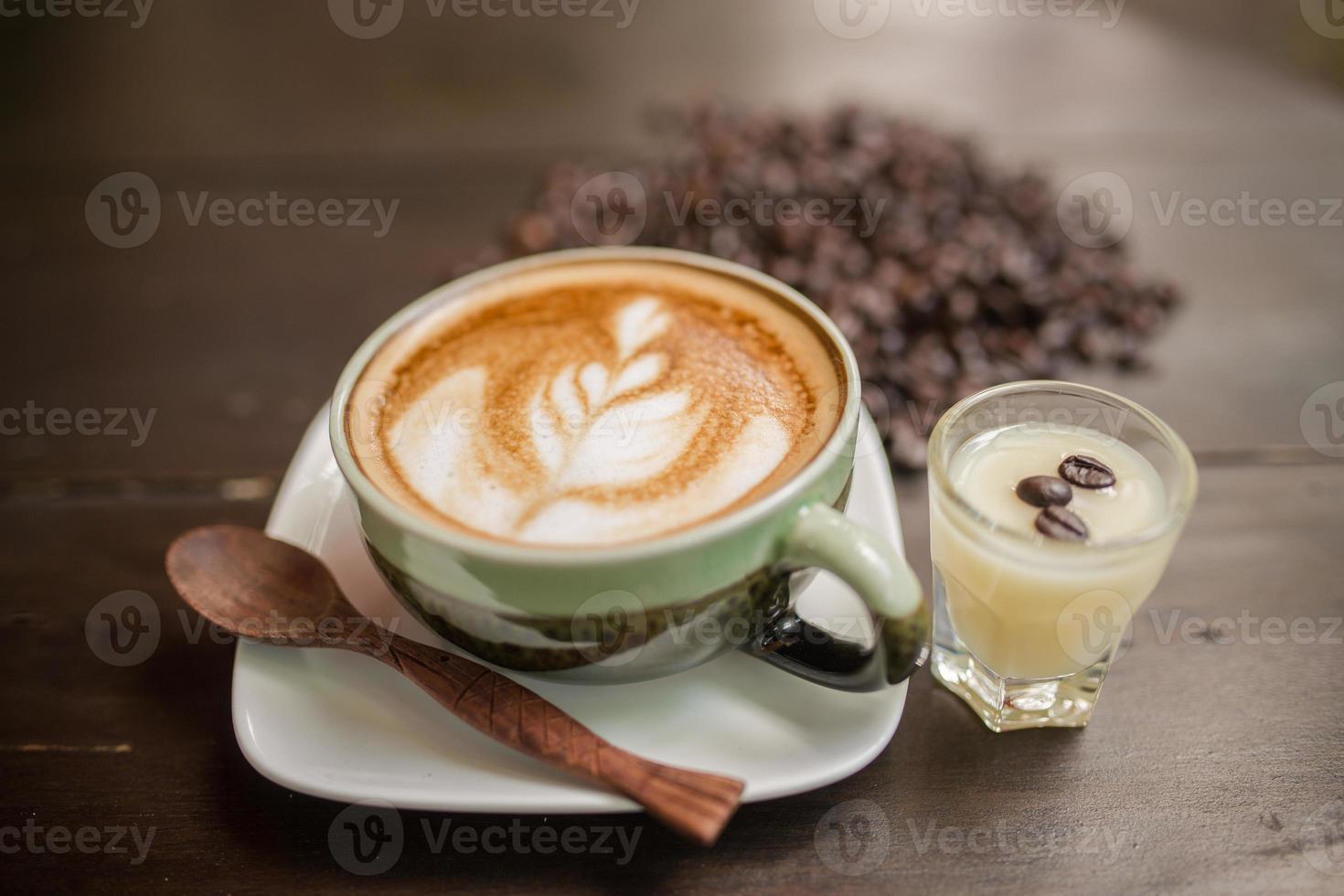 café con leche arte con grano de café foto