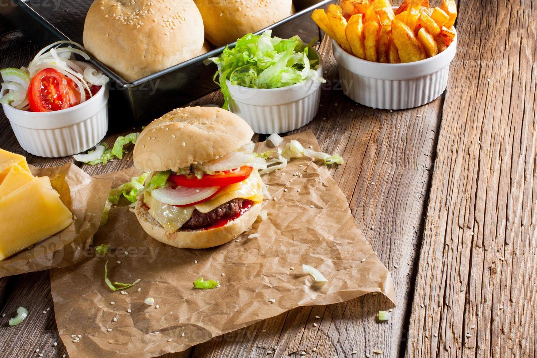 hamburguesa con queso con papas fritas. foto