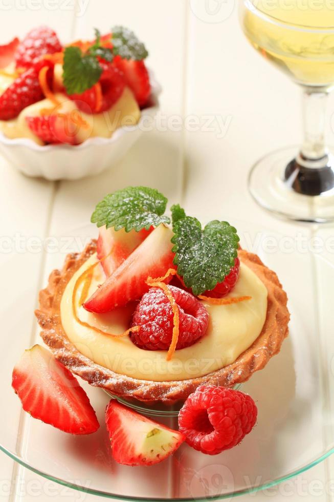 tarta de crema pastelera con fruta foto