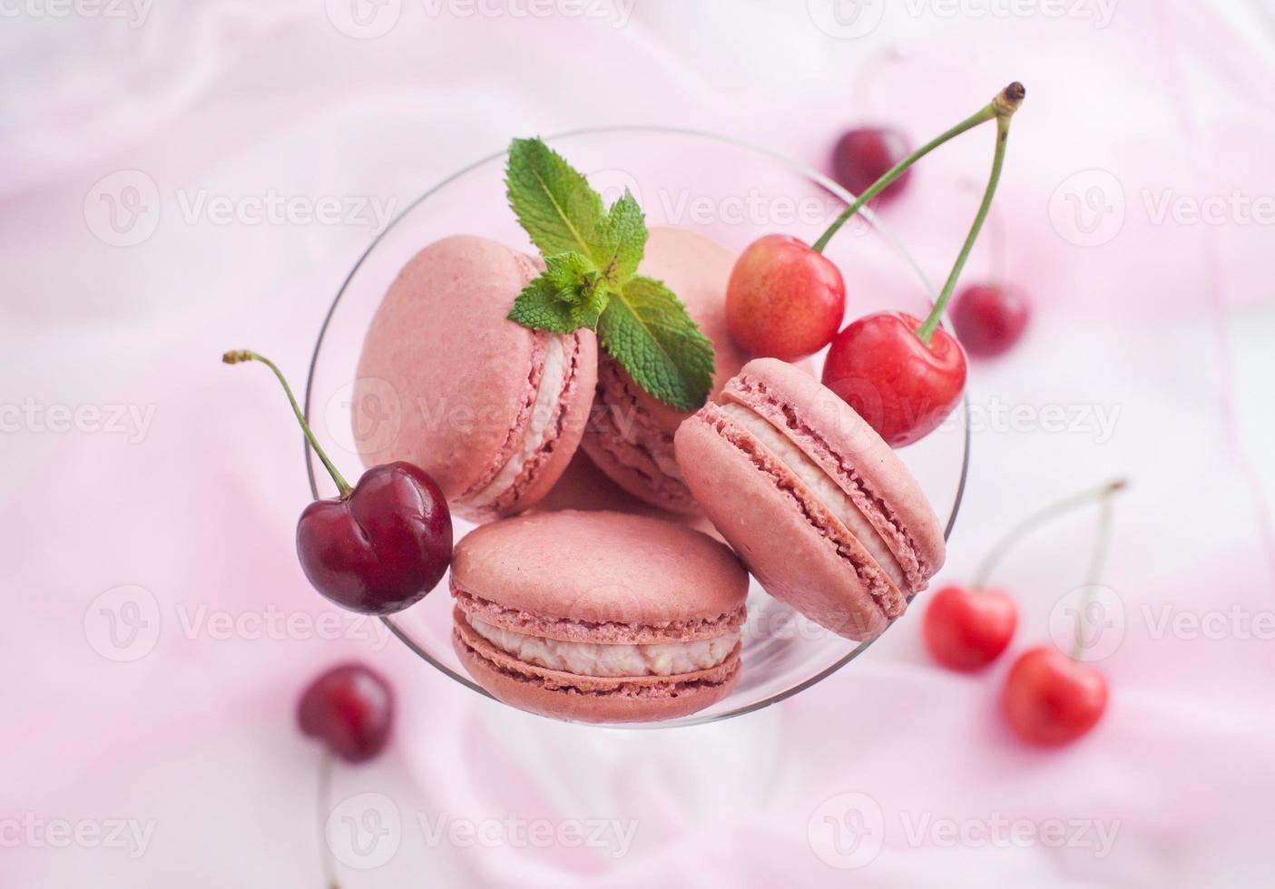 macarons franceses rosados con cereza foto