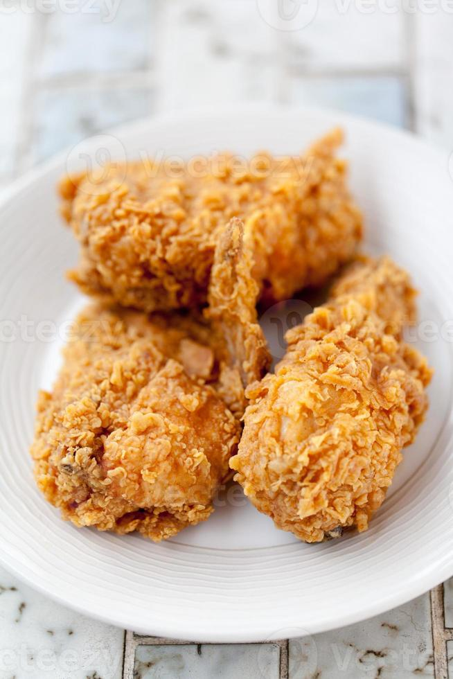 pollo frito en un plato foto
