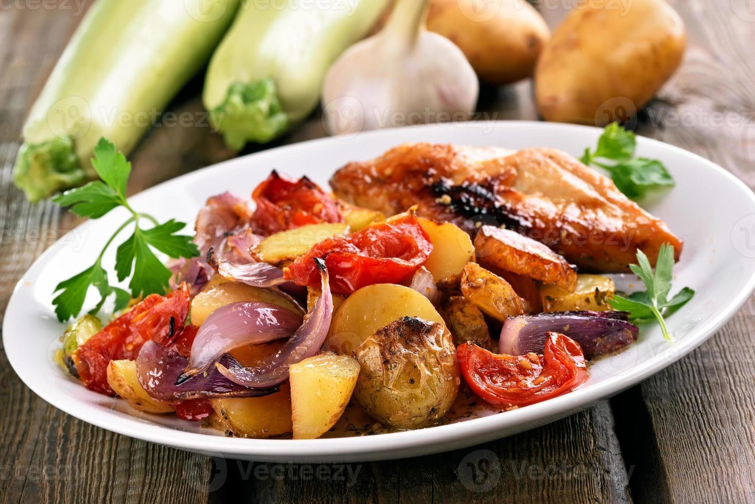 vegetales a la parrilla con pechuga de pollo foto
