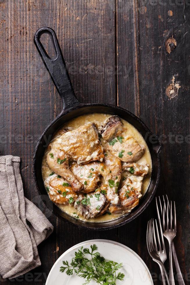 pollo asado con salsa cremosa de ajo foto