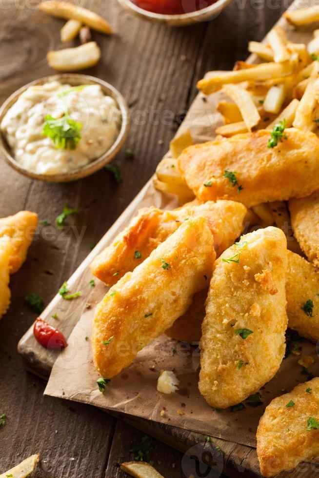 crujientes de pescado y papas fritas foto