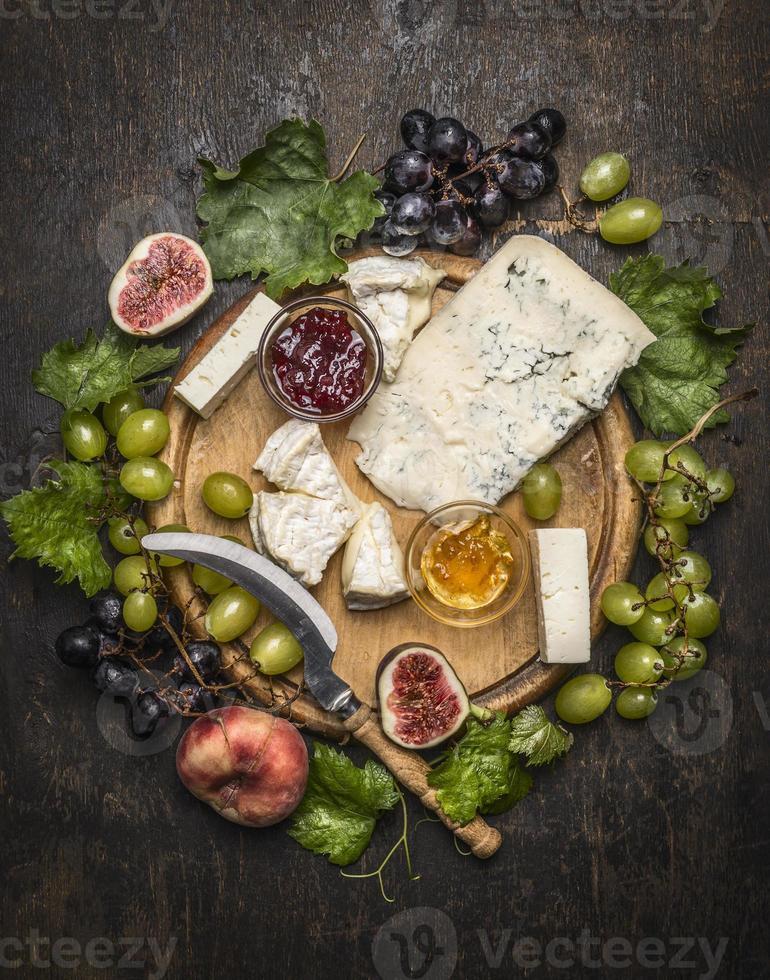 plato de queso queso gorgonzola y queso camembert con cuchillo para queso foto