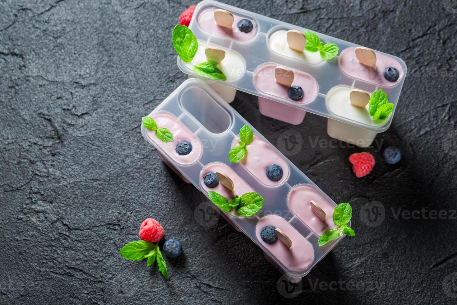 helado dulce con leche y frutas foto