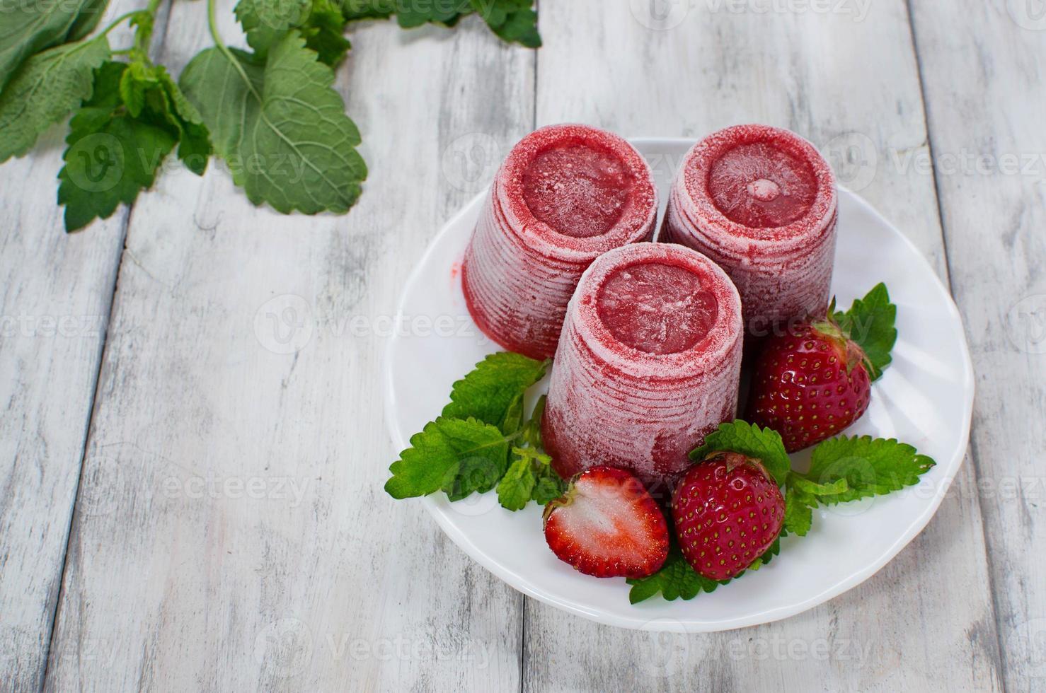 helado de fresa con menta foto