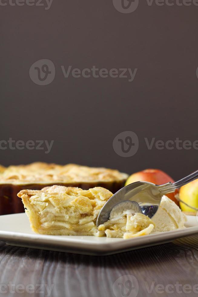 rebanada de pastel de manzana a la mode con cuchara, vertical foto