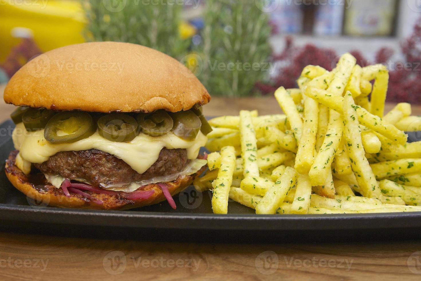 hamburguesa gourmet y papas fritas foto