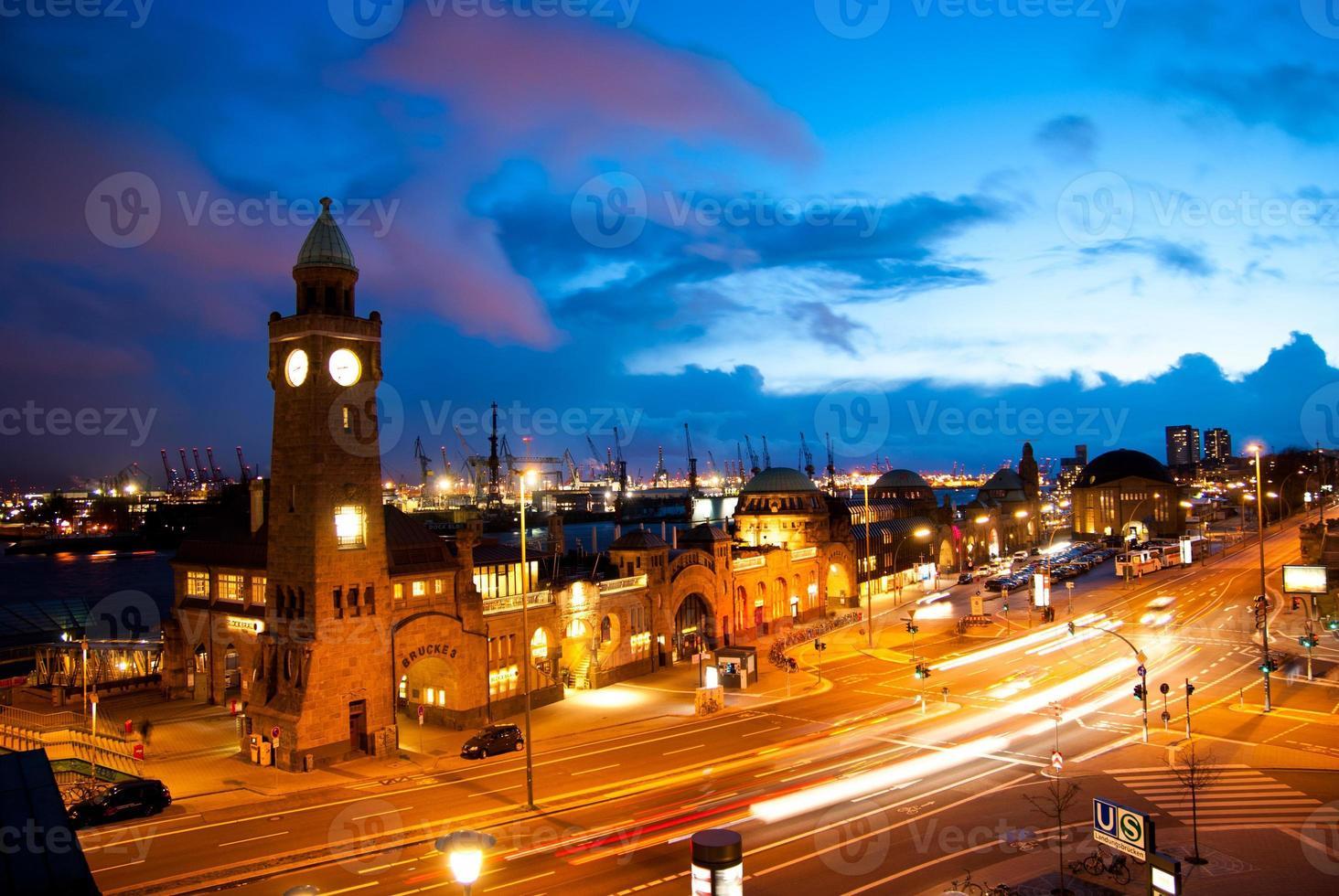 vista nocturna del puerto de hamburgo foto