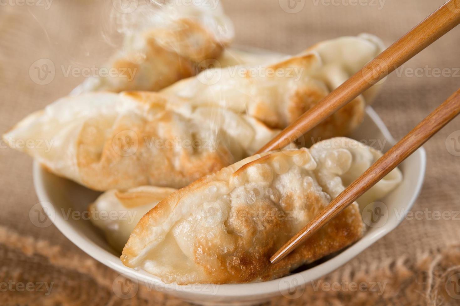 famosas albóndigas fritas sartén comida asiática foto